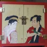 petit meuble de chevet, d'inspiration japonaise avec geisha et samouraï
